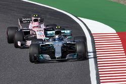Valtteri Bottas, Mercedes AMG F1 W08, Esteban Ocon, Sahara Force India F1 VJM10