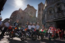 Andrea Migno, Francesco Bagnaia, Sam Lowes, Aprilia Racing Team Gresini, y Danilo Petrucci, Pramac Racing frente al espectacular Duomo de Florencia