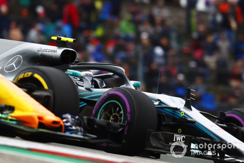 Valtteri Bottas, Mercedes AMG F1 W09 EQ Power+, en lutte avec Fernando Alonso, McLaren MCL33