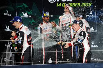 Podium LMP1 : vainqueurs Mike Conway, Kamui Kobayashi, Jose Maria Lopez, deuxième place Sebastien Buemi, Toyota Gazoo Racing