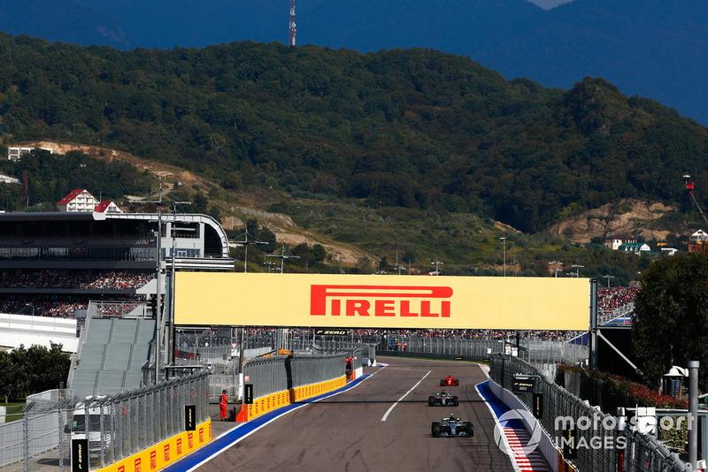 Valtteri Bottas, Mercedes AMG F1 W09, devant Lewis Hamilton, Mercedes AMG F1 W09, et Sebastian Vettel, Ferrari SF71H