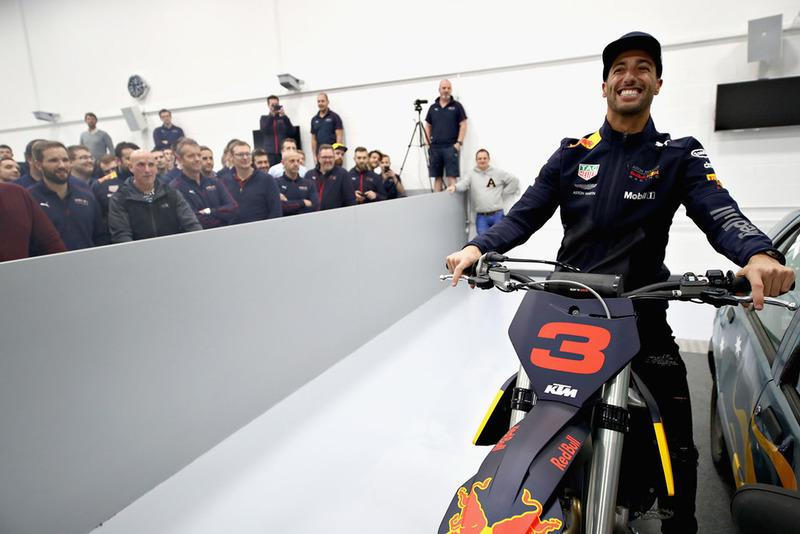 Daniel Ricciardo, Red Bull Racing, posa para una foto con su moto KTM