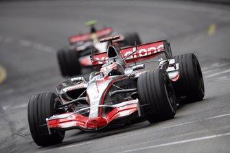 Fernando Alonso, McLaren MP4-22, lidera a Lewis Hamilton, McLaren MP4-22