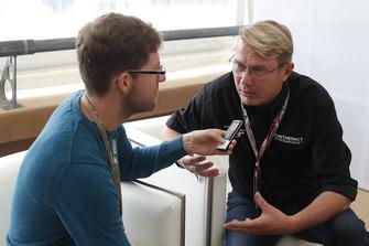 Mika Häkkinen with Stefan Ehlen, Motorsport.com Journalist