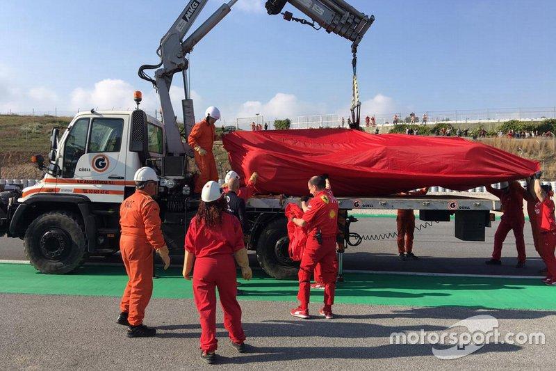 Погрузка Ferrari SF90 Себастьяна Феттеля на грузовик