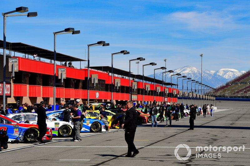 NASCAR-Autos in der Boxengasse des Auto Club Speedway in Fontana