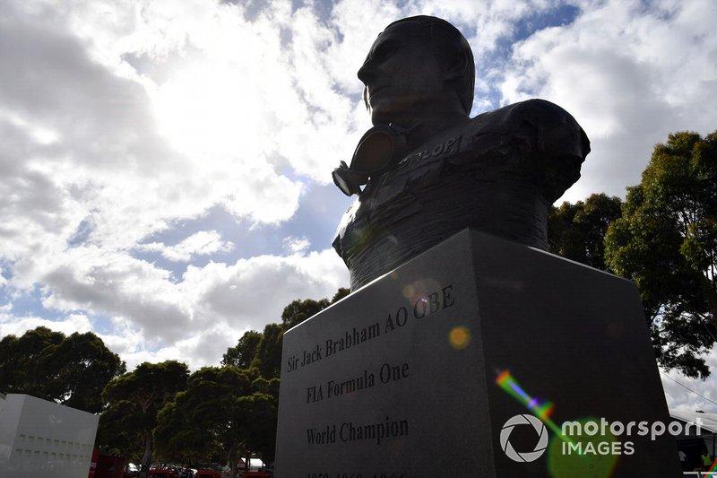 Un busto del campeón mundial de Fórmula 1 australiano Sir Jack Brabham