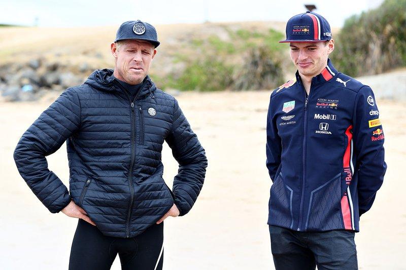 Max Verstappen, Red Bull Racing habla con la leyenda del surf Mick Fanning