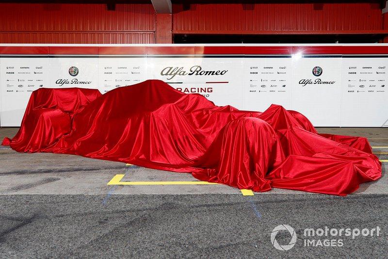La nuova Alfa Romeo Racing C38 sotto al telo