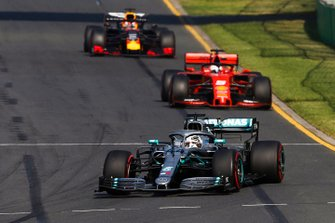 Lewis Hamilton, Mercedes AMG F1 W10, precede Sebastian Vettel, Ferrari SF90, e Max Verstappen, Red Bull Racing RB15
