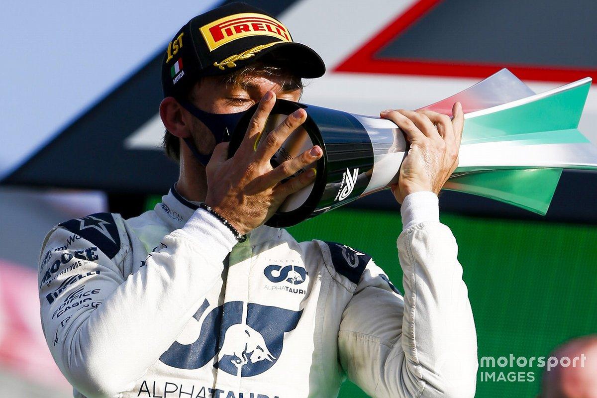 Pierre Gasly, AlphaTauri, besa su trofeo de ganador en Monza.