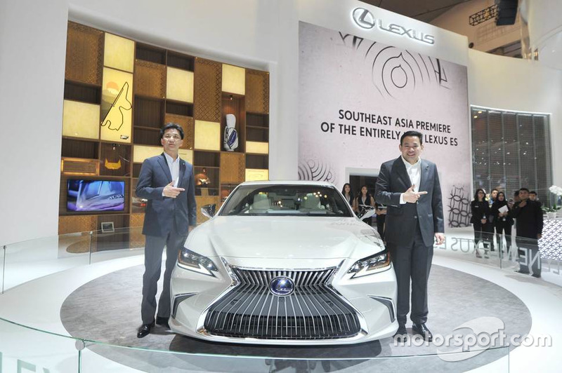 Yasuhiro Sakakibara, ES Chief Engineer, Adrian Tirtadjaja, General Manager Lexus Indonesia, berfoto bersama Lexus ES Generasi Ketujuh