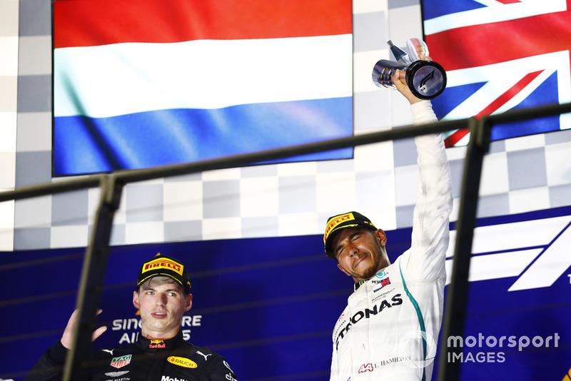Max Verstappen, Red Bull Racing, e Lewis Hamilton, Mercedes AMG F1, festeggiano sul podio