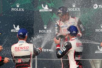 Podio: ganadores #8 Toyota Gazoo Racing Toyota TS050: Sebastien Buemi, Kazuki Nakajima, Fernando Alonso