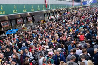 Les fans dans la voie des stands