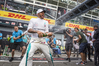 Lewis Hamilton, Mercedes AMG F1 celebrates with the team and the champagne