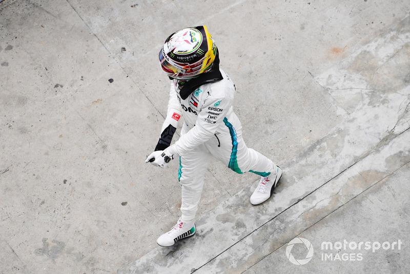 Le poleman Lewis Hamilton, Mercedes-AMG F1 W09 EQ Power+ fête sa pole position dans le Parc Fermé