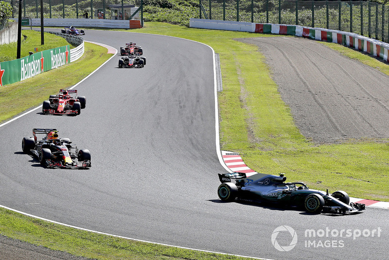 Valtteri Bottas, Mercedes AMG F1 W09 devant Max Verstappen, Red Bull Racing RB14