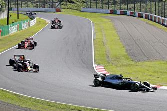 Valtteri Bottas, Mercedes AMG F1 W09 precede Max Verstappen, Red Bull Racing RB14