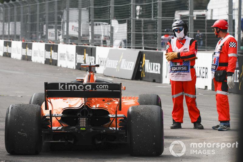 Alonso Ocon'un parçalarına çarparak yarış dışı kalıyor