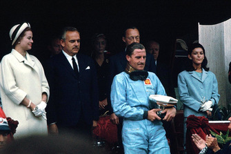 1. Graham Hill, Lotus, mit Fürst Rainier und Grace Kelly