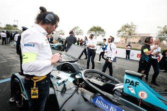 Engineers make the final checks on Gary Paffett car, HWA Racelab, VFE-05
