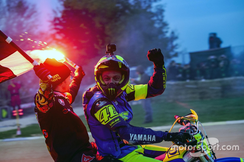 Valentino Rossi y Franco Morbidelli celebran su victoria