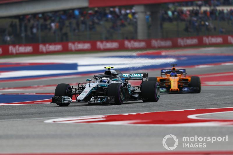 Valtteri Bottas, Mercedes AMG F1 W09 EQ Power+ et Fernando Alonso, McLaren MCL33