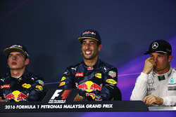 Під час прес-конференції FIA після гонки: Макс Ферстаппен, Red Bull Racing, друге місце; Даніель Рік