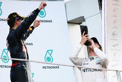 Третє місце Ніко Росберг, Mercedes AMG F1 святкує на подіумі і п'є шампанське із гоночного черевика