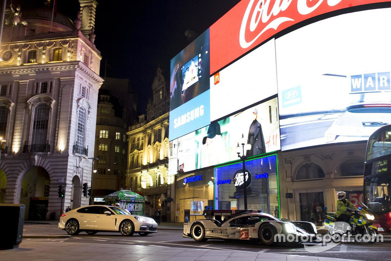 Mark Webber guida la Porsche 919 Hybrid LMP1 a Londra