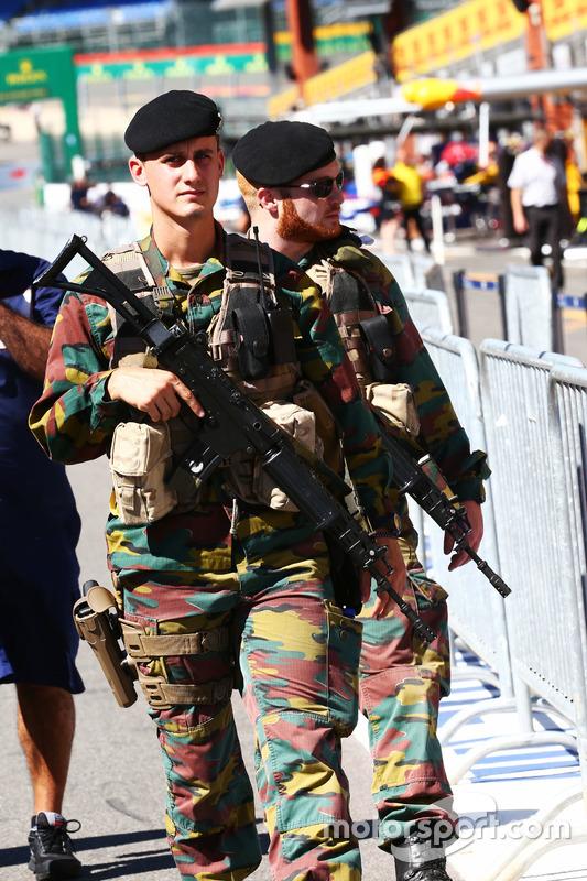 Le forze armate pattugliano la pit lane