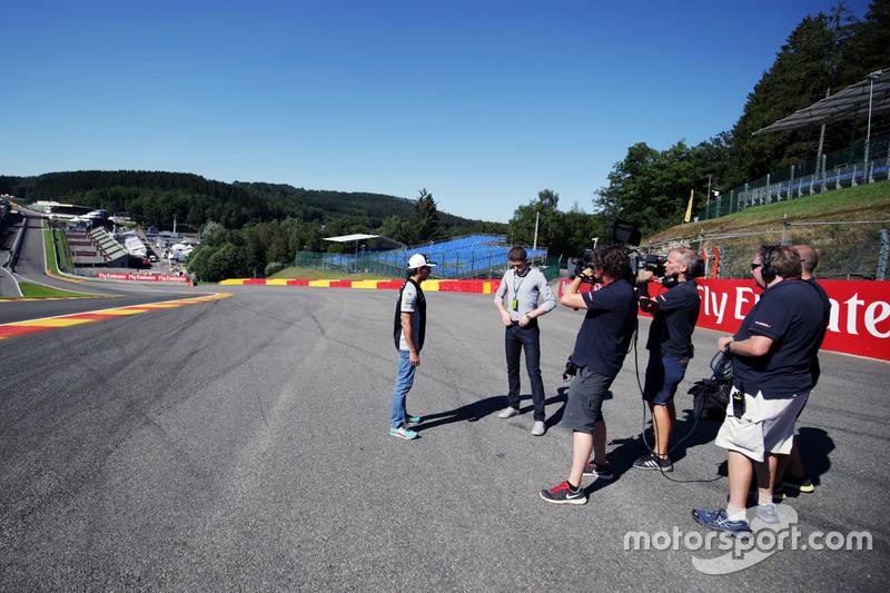 Sergio Perez, Sahara Force India F1 con Paul di Resta, pilota di riserva Williams / Sky Sports F1