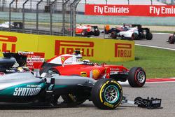 Kimi Raikkonen, Ferrari SF16-H, en Lewis Hamilton, Mercedes AMG F1 W07, met kapotte voorvleugels bij