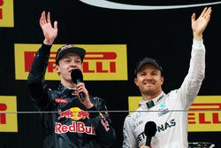 Подиум: победитель - Нико Росберг, Mercedes AMG F1 Team и третье место - Даниил Квят, Red Bull Racin