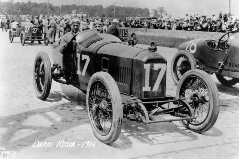 Всего одна Indy 500 фактически не отражала своего названия: дистанция гонки 1916 года была сокращена до 300 миль. Та же гонка также держит антирекорд Indy 500 по количеству участников: тогда в ней вышел на старт всего 21 гонщик