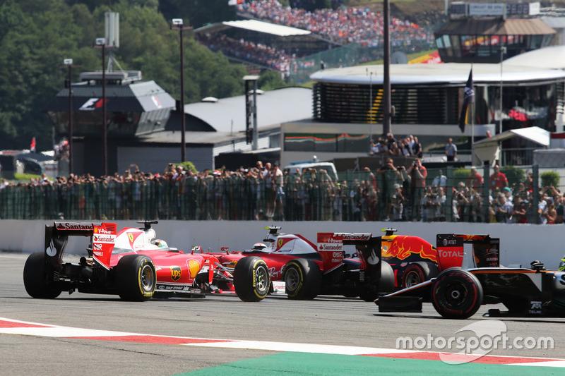 Sebastian Vettel, Ferrari SF16-H va in testacoda accanto al compagno di squadra Kimi Raikkonen, Ferrari SF16-H alla partenza della gara