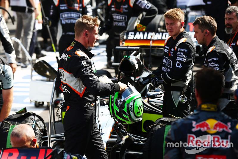 Nico Hulkenberg, Sahara Force India F1 ai box mentre la gara è sospesa