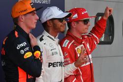 Max Verstappen, Red Bull Racing, le poleman Lewis Hamilton, Mercedes AMG F1 et Kimi Raikkonen, Ferrari dans le Parc Fermé