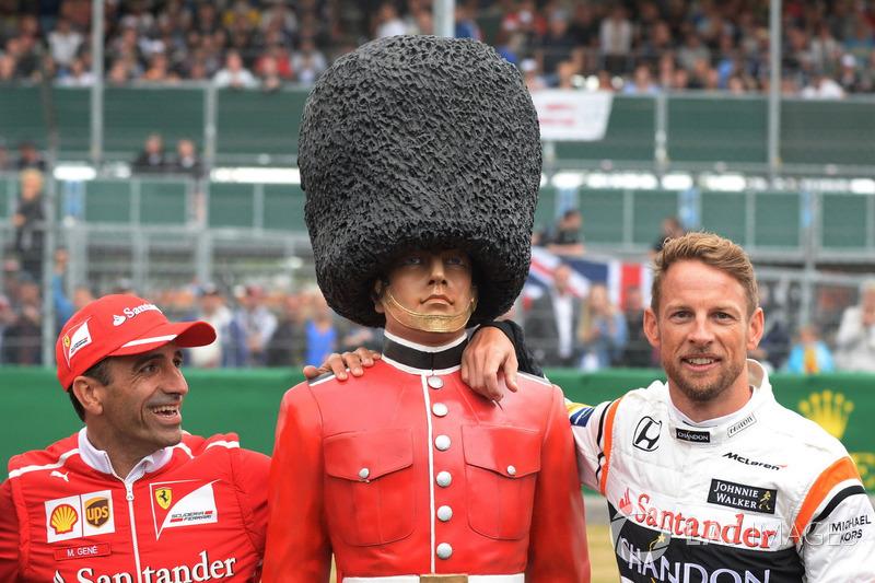 Тест-пилот Ferrari Марк Жене и гонщик McLaren Дженсон Баттон