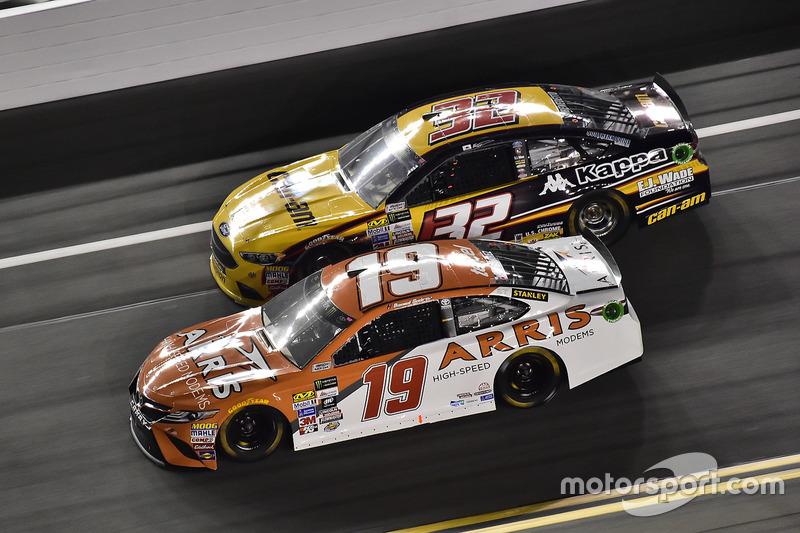 Daniel Suárez, Joe Gibbs Racing, Toyota; Matt DiBenedetto, Go Fas Racing, Ford
