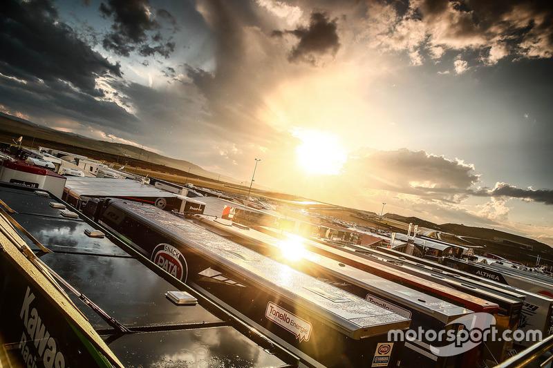 Sonnenuntergang über dem Fahrerlager