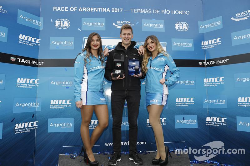 Nicky Catsburg, Polestar Cyan Racing, mit Gridgirls
