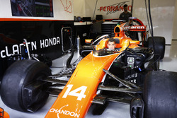 Юный болельщик за рулем McLaren MCL32 Фернандо Алонсо