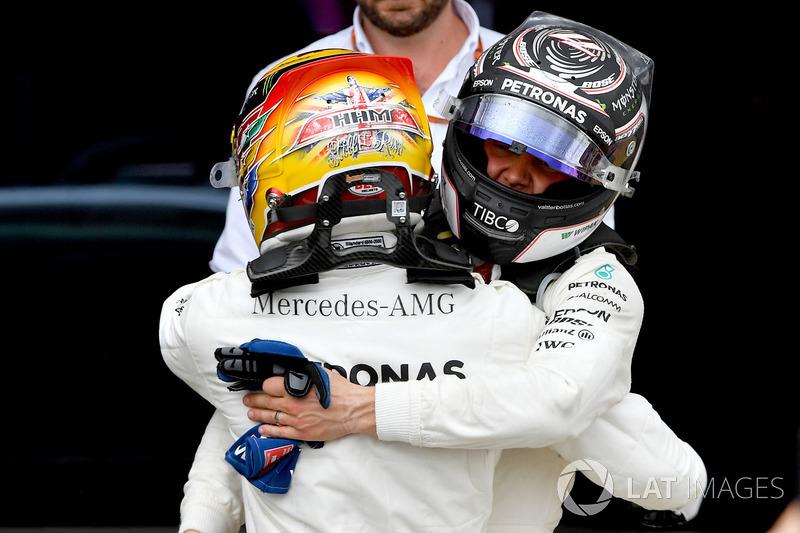 Lewis Hamilton ve Valtteri Bottas yarış sonrası birbirilerini tebrik ediyorlar