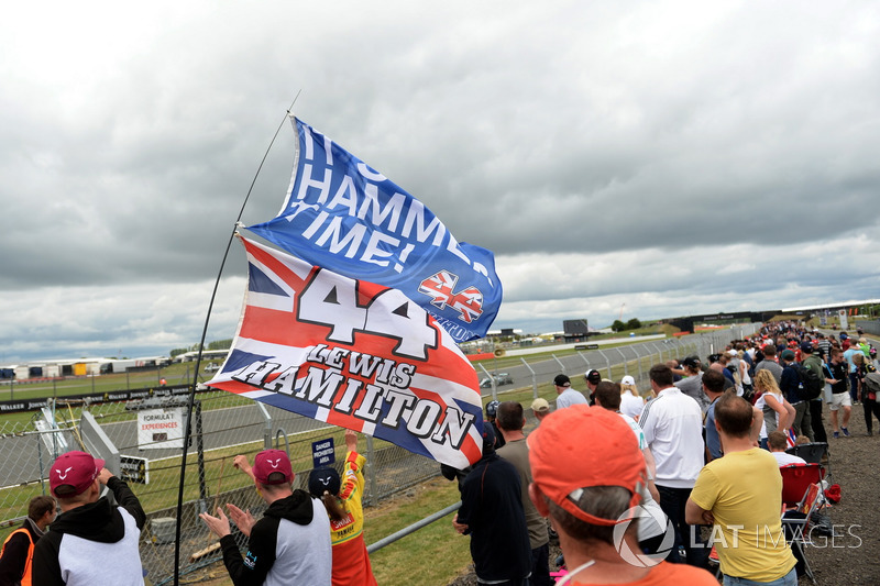 Lewis Hamilton, Mercedes-Benz F1 W08 pasa por la tribuna