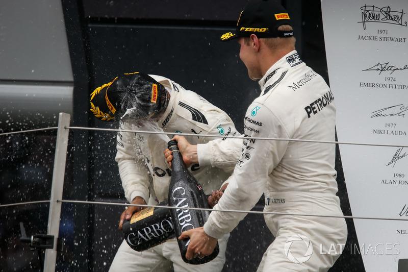 Ganador de la carrera Lewis Hamilton, Mercedes AMG F1 y Valtteri Bottas, Mercedes AMG F1 que se celebra en el podio