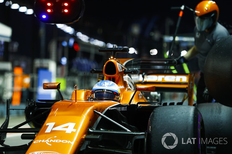 Fernando Alonso, McLaren MCL32, se detiene durante la práctica
