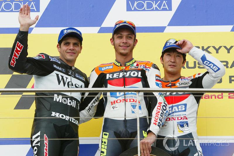 Podio: ganador de la carrera Valentino Rossi, segundo lugar Alex Barros, tercer lugar Tohru Ukawa