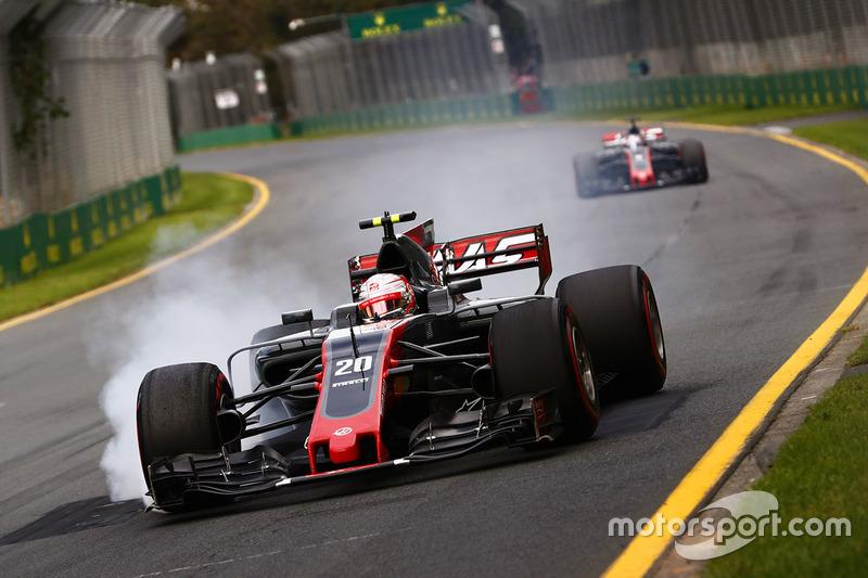 Кевін Магнуссен, Haas F1 Team VF-17, блокує гальма
